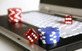 Laptop med tärningar och spelmarker