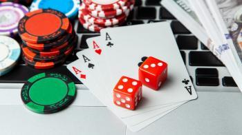 Laptop, spelmarker, spelkort, tärningar och sedlar